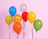 粉红色的背景上多明亮的气球 — 图库照片