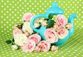 Vaso con fiori su sfondo verde tessuto — Foto Stock