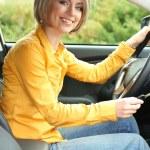 Портрет молодой красивой женщины с ключевыми сидел в машине — Стоковое фото