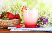 美味的草莓酸奶,在自然背景上的木桌上的玻璃 — 图库照片
