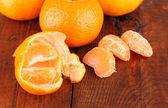 Lecker mandarinen auf hölzernen hintergrund — Stockfoto