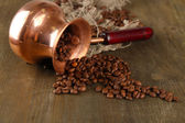 Pot de café avec les grains de café sur fond en bois — Photo