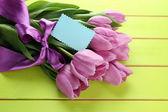 красивый букет фиолетовые тюльпаны на зеленом фоне деревянные — Стоковое фото