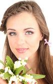 Güzel saç modeli ve çiçekler, üzerinde beyaz izole olan kadın — Stok fotoğraf