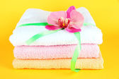 Handtücher gebunden mit band auf gelbem grund — Stockfoto