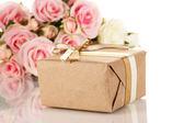 孤立在白色的鲜花背景上份精美的礼物 — 图库照片