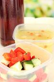 Ahşap zemin üzerinde plastik kaplarda lezzetli yemek — Stok fotoğraf
