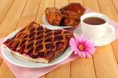 Pastel de cereza con té en primer plano de la mesa — Foto de Stock