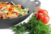 Nudlar med grönsaker på wok närbild — Stockfoto