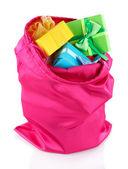 Bolsa rosa con regalos aislados en blanco — Foto de Stock