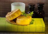 Ingrédients pour savon sur fond mat de bambou et du savon fabriqué à la main — Photo