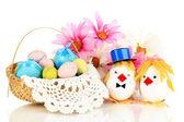 Oeufs de pâques et deux jouets de poulet isolés sur blanc — Photo