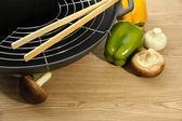 Siyah wok tava ve mutfak masasının üzerinde sebze, yakın çekim — Stok fotoğraf