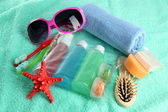 Kit di cosmetici Hotel sul telo blu — Foto Stock