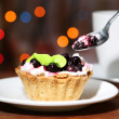 Tasty blackberry cake and cup of beverage, on dark background with bokeh defocused lights — Stock Photo
