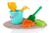 Kinderspeelgoed op zand geïsoleerd op wit — Stockfoto