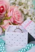 Růže a prsten na bílý ubrus — Stock fotografie