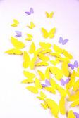 Papillon de papier jaune en forme de coeur sur mur — Photo