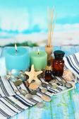 Zee spa samenstelling op houten tafel op blauwe natuurlijke achtergrond — Stockfoto