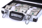 Koffer met 100 dollarbiljetten geïsoleerd op wit — Stockfoto