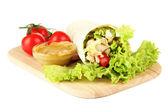 Kebab - grillat kött och grönsaker, trä ombord, isolerad på vit — Stockfoto
