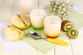 Ahşap masa yakın çekim gözlük içinde meyve ile lezzetli yoğurt — Stok fotoğraf
