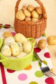 Przetargu młodych ziemniaków z kwaśną śmietaną i zioła w patelni na drewniany stół szczegół — Zdjęcie stockowe