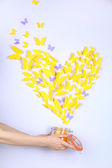 Papillon de papier jaune en forme de coeur mouche banque — Photo
