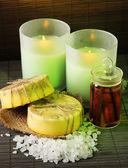 Hecho a mano velas y jabón sobre fondo estera de bambú — Foto de Stock
