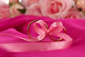 Wedding rings tied with ribbon — Stock fotografie