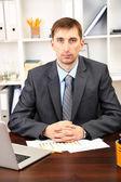 Joven empresario en la oficina en su lugar de trabajo — Foto de Stock