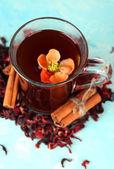 Kruiden thee in glas cup, op een houten achtergrond kleur — Stockfoto