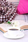 Içki, kitap ve ev iç zemin üzerine çiçek kupası ile kompozisyon — Stok fotoğraf