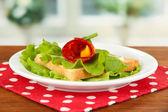 Salami brötchen mit paprika stücke im inneren, auf gerösteten brot mit käse sahne, auf hellem hintergrund — Stockfoto