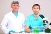 Arzt und prüfer bei recherchen auf zimmer-hintergrund — Stockfoto