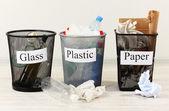 Tres cubos de residuos clasificados en el fondo de la habitación — Foto de Stock