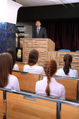 Zakenman is het maken van een toespraak op de conferentie kamer — Stockfoto