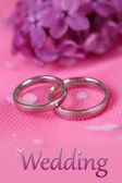 Beautiful wedding rings on pink background — Zdjęcie stockowe