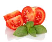 トマトとバジルの白で隔離されます。 — ストック写真