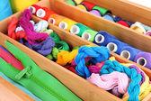 Kleurrijke draden voor handwerk in houten doos close-up — Stockfoto