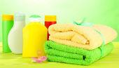Bebek kozmetik ve tahta masada yeşil renkli havlu — Stok fotoğraf
