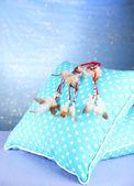 Bella acchiappasogni e cuscini su sfondo blu — Foto Stock
