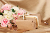 Vacker gåva på blommor bakgrund — Stockfoto