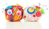 Bunte knöpfe und multicolor wolle ball, isoliert auf weiss — Stockfoto