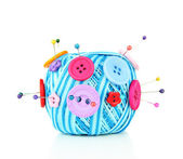 Botones de colores y bolas de lana, aisladas en blanco — Foto de Stock