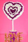 Corazón decorativo del papel en fondo rosa — Foto de Stock