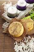 Sapone fatto a mano e sale marino sulla stuoia di bambù grigio — Foto Stock