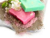 Přírodní ručně vyráběné mýdlo na dřevěné desce, izolované na bílém — Stock fotografie
