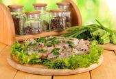 Carne di pollo sulla tavola di legno, erbe e spezie sul tavolo di legno — Foto Stock
