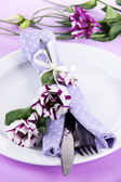 Served plate with napkin and flowers close-up — Stock fotografie
